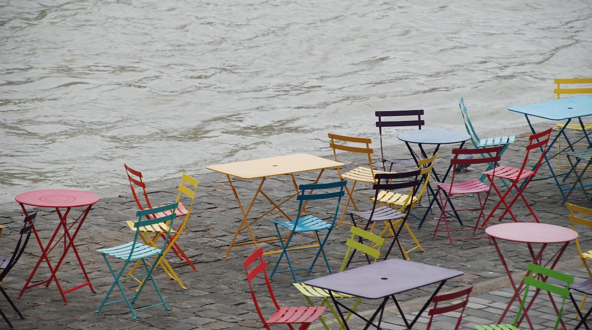 Leere, bunte Stühle warten auf Menschen, die Pause machen